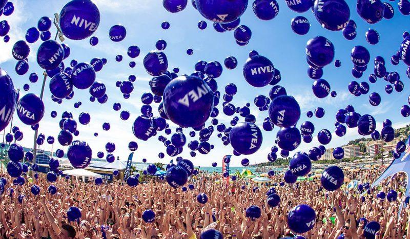 Zabava na portoroški plaži z 2000 NIVEA baloni